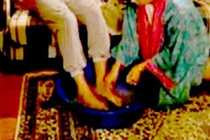 Eşini 'ayaklarımı iyi yıkamıyorsun' diye dövdü