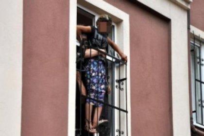 Sığınma evinden kaçmak isteyen kız çocuğu pencerede sıkıştı