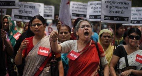 Hindistan'da tecavüz ettikleri kadının yüzünü asitle yaktılar