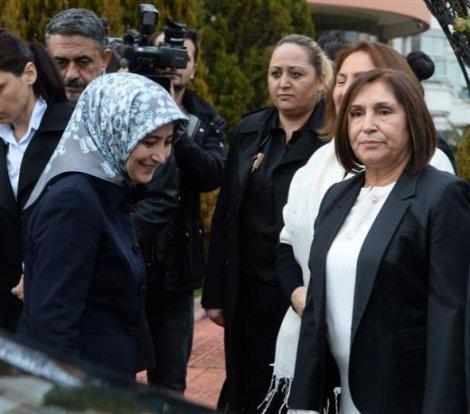 Sare Davutoğlu, Selvi Kılıçdaroğlu'na taziyeye gitti
