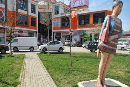 Mini etekli kadın heykelini yıkmaya çalıştılar