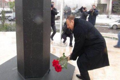 İlham Aliyev Kars'ta babasının anıtına çiçek bıraktı