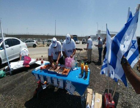 Açlık grevi yapan Filistinlilerin bulunduğu cezaevi önünde mangal yaptılar