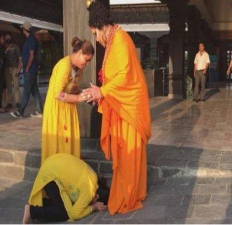Bülent Ersoy'u Buda sanıp ayağına kapandılar