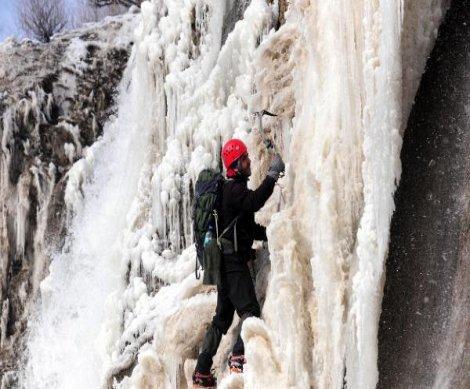 Buz tutan şelaleye heyecanlı tırmanış