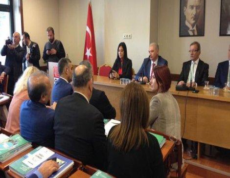 CHP'li Meclis üyelerinden Mevlüt Uysal'a 'Bugün olsa Sivas Katliamını savunur musunuz?' sorusu