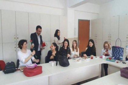 Eğitim-İş Sarıyer İlçe Temsilciliği kadınlara karanfil dağıttı