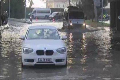İstanbul'da alt geçidi su bastı, araçlar sular altında kaldı