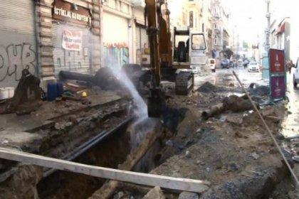 İstiklal'de iş makinesi su borusunu patlattı