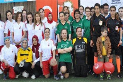 Kadına yönelik şiddete dikkat çekmek için futbol oynadılar