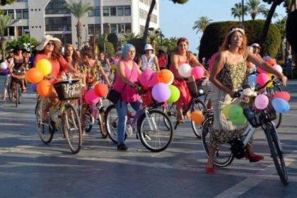 Kadınlar hem kendileri hem bisikletlerini süsleyip tur attı