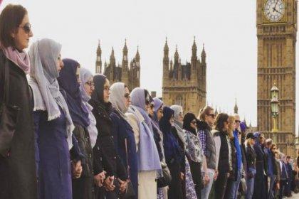 Kadınlar Westminster Köprüsü üzerinde teröre karşı el ele