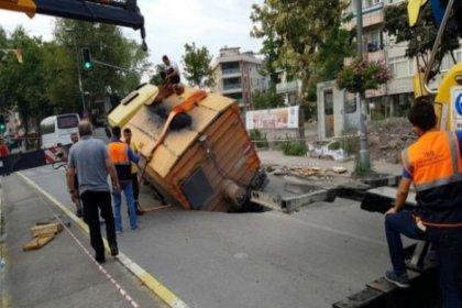 Maltepe'de asfaltlama çalışması yapan kamyon çöken yola düştü