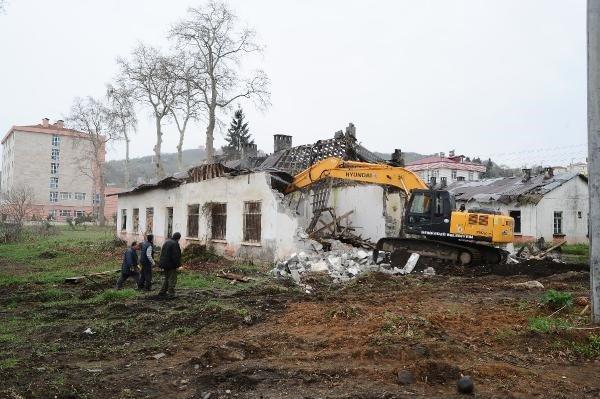 Beşikdüzü Belediyesinden, eski köy enstitüsü binasına 'Ahır' benzetmesi!