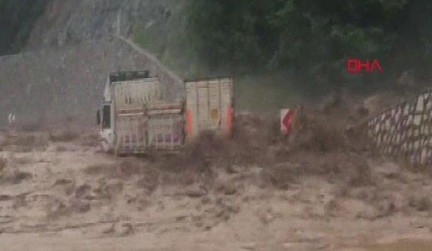 Bursa'da şiddetli yağış, sel suları karayolunda kamyonu sürükledi
