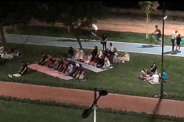 Cami varken Kordon çimlerinde toplu namaz gösterisi