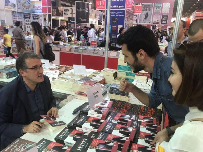 CHP'li İrgil, İzmir Kitap Fuarı'nda beşinci kitabı 'Fetret'i imzaladı