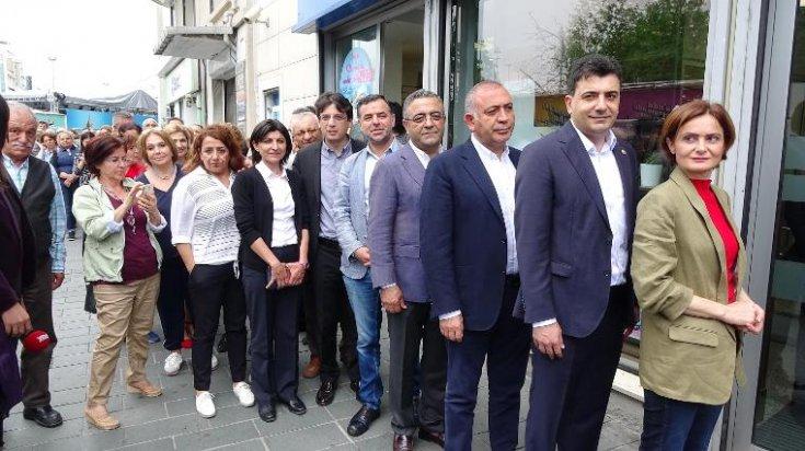 CHP'liler İstanbul'da Muharrem İnce'nin seçim kampanyasına bağışta bulunmak için kuyruklar oluşturdu