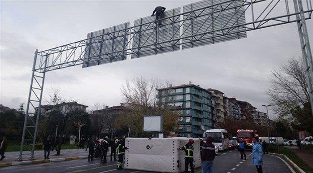 İntihar için çıktığı yön tabelasında kalabalığı görünce 'Şampiyon Galatasaray, Fener kümeye' diye slogan atmaya başladı
