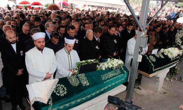 İran'da düşen jet kazasında ölen Ayşe And ve Aslı İzmirli Zincirlikuyu Mezarlığı'nda toprağa verildi
