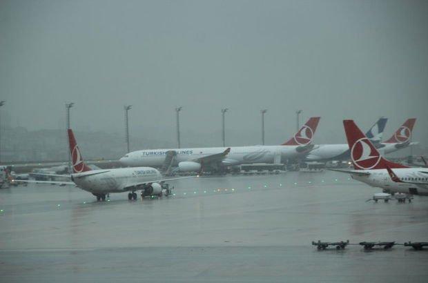 İstanbul'da uçaklar elektrik yüklü bulutlar nedeniyle havada tur atıyor