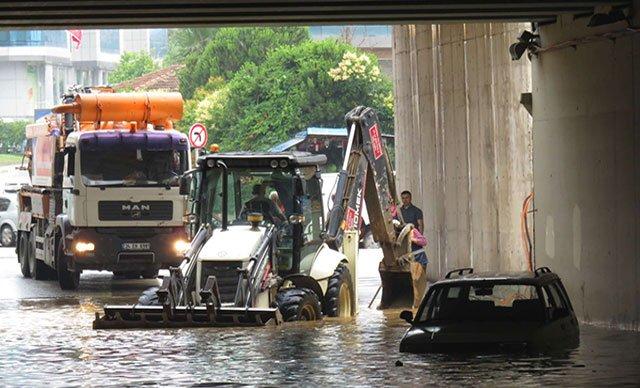 İstanbul'da yağmur: Alt geçitte araçlar mahsur kaldı