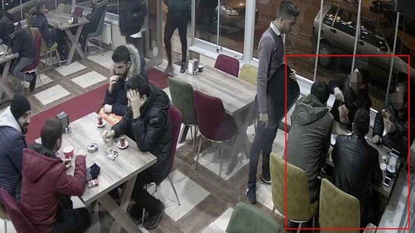 Kokoreççide garsonu darp edip, işyeri sahibinin başına silah dayayan polisler açığa alındı