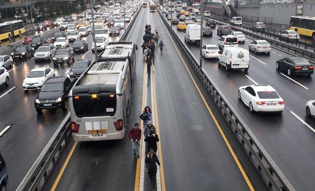 Metrobüs arızalandı, yolcular inip yürümeye başladı