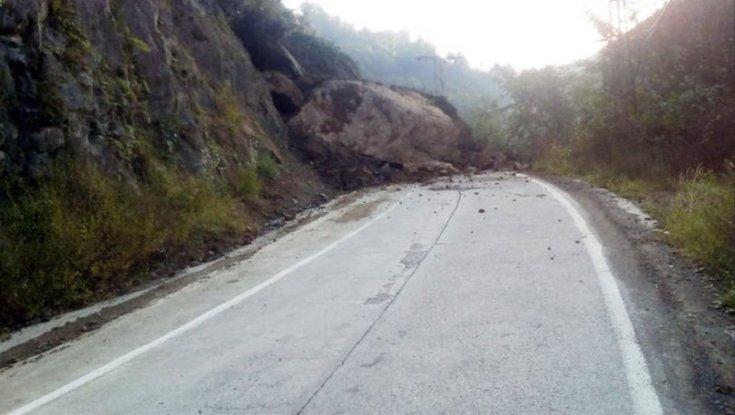 Rize'de heyelan: Yol kapandı