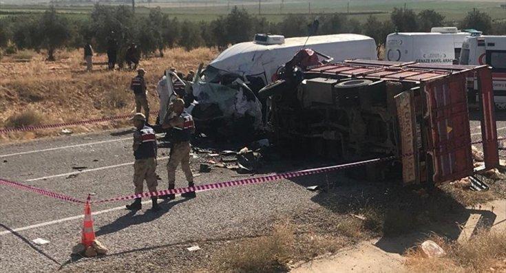Tarım işçilerini taşıyan kamyonet kaza yaptı: 8 kişi hayatını kaybetti, 18 yaralı