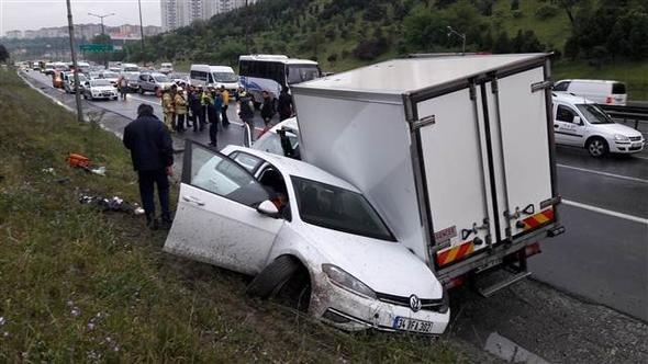 TEM'de kaza: 5 araç birbirine girdi, yaralılar var