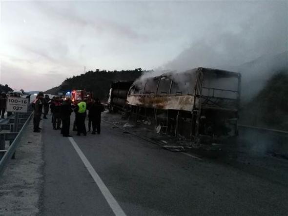 TIR'a çarpan yolcu otobüsü yandı: 13 ölü 20 yaralı
