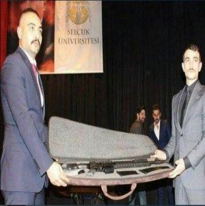 Üniversite etkinliğinde uzun namlulu silah hediye edildi