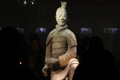 2000 yıllık asker heykeliyle önce selfie çektirdi sonra parmağını çaldı