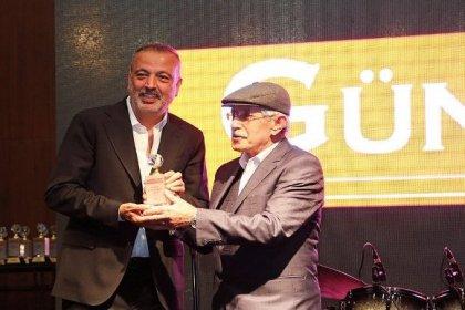 """Ataşehir Belediye Başkanı Battal İlgezdi'ye """"En İyi Erkek Siyasetçi"""" ödülü"""