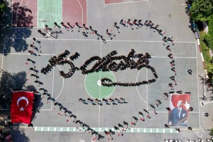 Bedenleriyle Atatürk'ün imzasını oluşturan lise öğrencilerinden görsel şölen