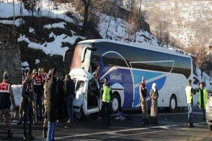 Bingöl'de yolcu otobüsü ticari araçla çarpıştı: 4 ölü, 7 yaralı
