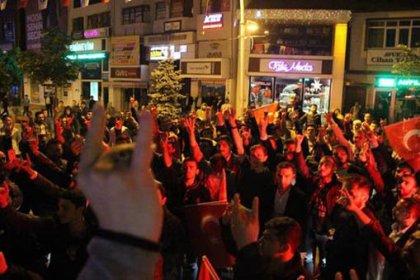 Bolu'da HDP binasına saldıran ülkücüler parti bayraklarını yaktı