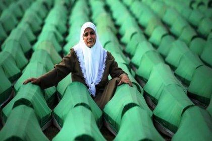 Boşnaklar, Srebrenitsa Soykırımı'nın 23. yıl dönümünde 8372 karanfil dağıtmak için Taksim'de buluşuyor