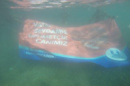Dalgıçlar Sevgililer Günü'nde deniz dibinde pankart açtı