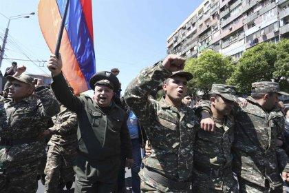 Ermenistan'da askerler hükümet karşıtı protestolara katıldı