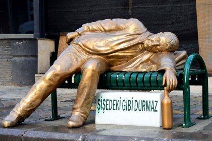 Eskişehir Belediyesi'nden 'sarhoş adam' heykeli