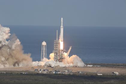 Falcon Heavy fırlatıldı... Elon Musk, Tesla otomobilini de uzaya gönderdi