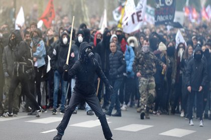Fransız memur ve işçiler Macron'a karşı greve gitti, Paris'te çatışma çıktı