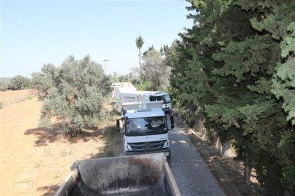 Güzelbahçe Belediyesi, tarım alanına asfalt dökülmesini belediyeye ait araçlarla yolları kapatarak engelledi