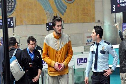 Havalimanında kalan basketbolcu Mehmet Şanlı'nın ağabeyi: Çocukluğumu korkudan gardıropta geçirdim