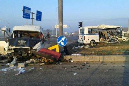 İşçi servisleri çarpıştı: 3 ölü, 27 yaralı