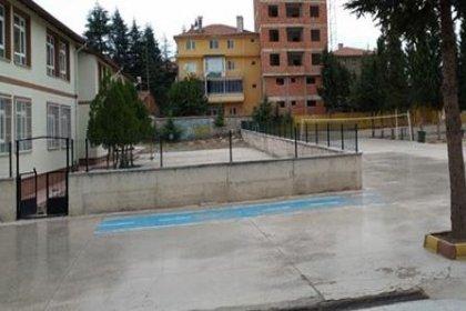 Öğrencilerin rağbet etmediği imam hatip lisesinin bahçesi otopark olarak kullanılıyor