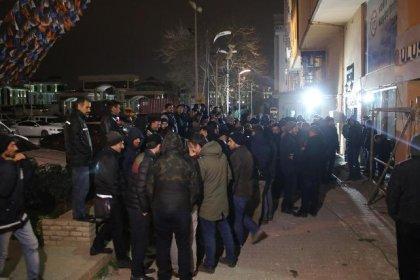 Kadroya alınmayan işçiler AKP il binası önünde eylem yaptı