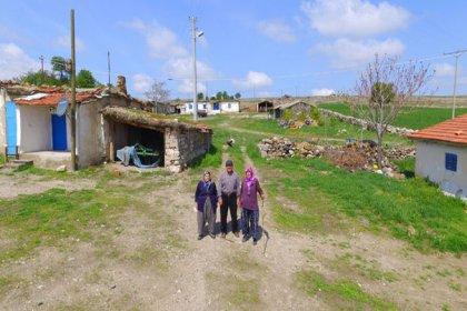 Karı koca 3 haneli köyde muhtarlık için yarışıyor